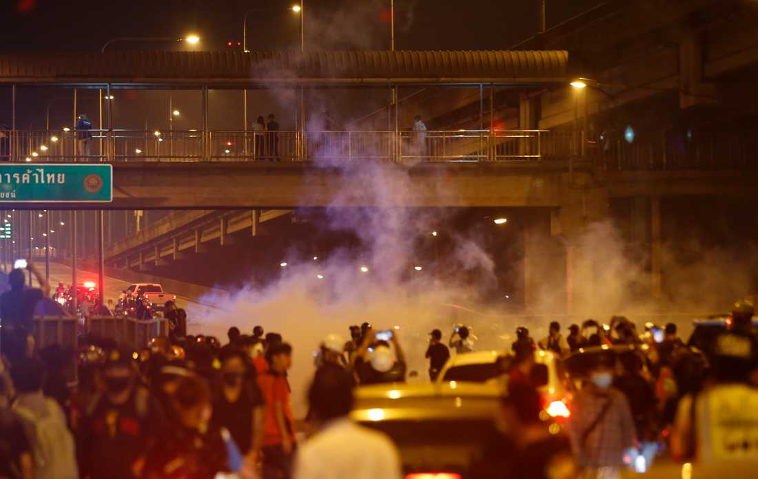 Kravallpolis skjuter tårgasgranater mot demonstranter på söndagen.