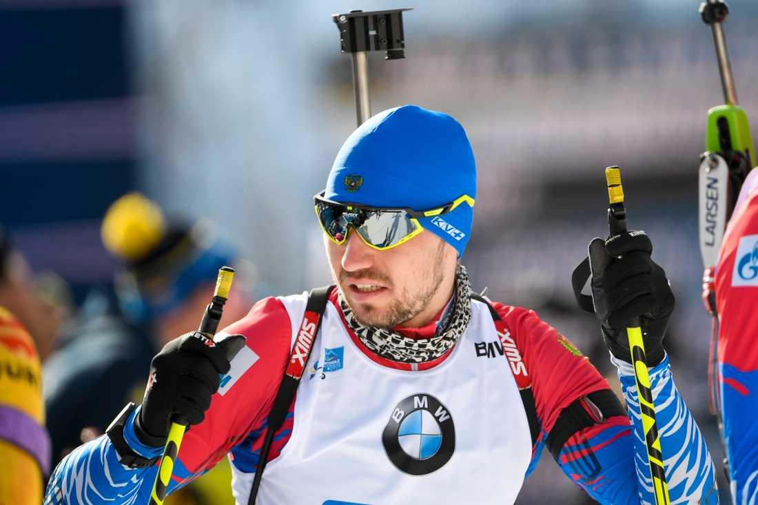 Alexander Loginov, nybliven världsmästare på sprint, var föremål för en polisrazzia under morgonen men kom till start i dagens stafett.