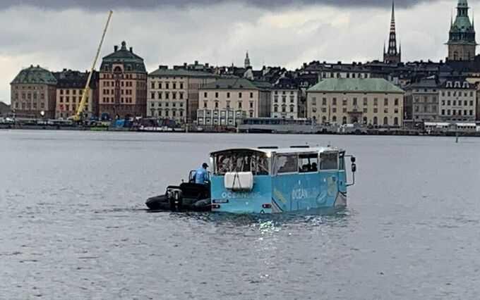 Bussens passagerare plockas upp av gummibåtar.