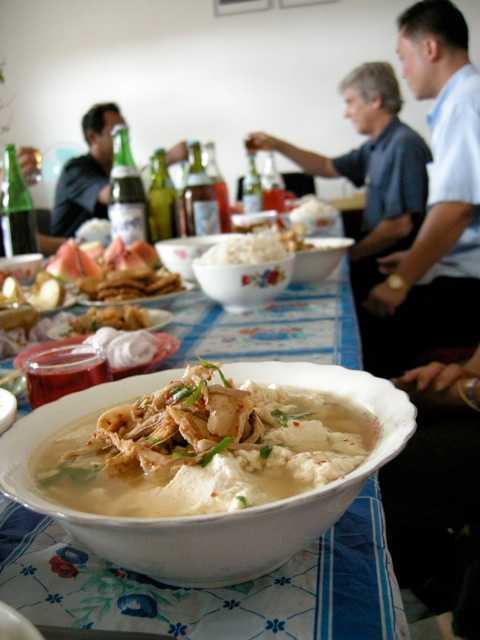 """En i gänget Under åren har det blivit hemmamiddagar, bröllop och fester i landet. Här en """"fantastisk måltid i ett kooperativ""""."""