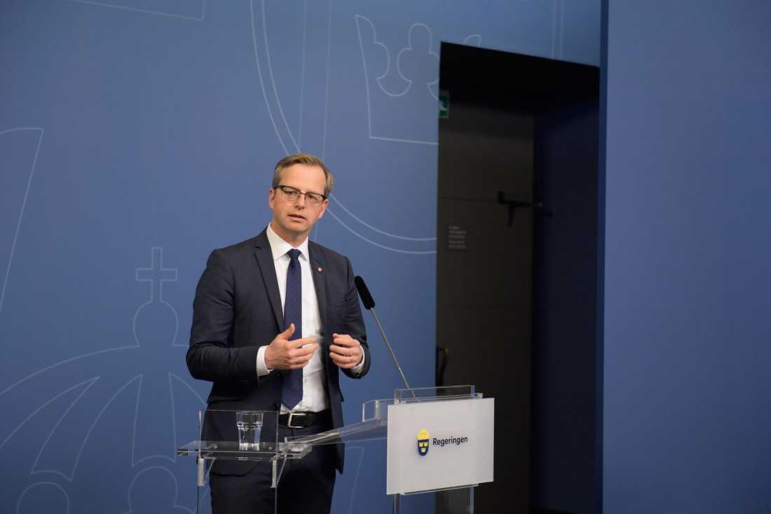Näringsminister Mikael Damberg (S) på en presskonferens efter Ericssons varselbesked.