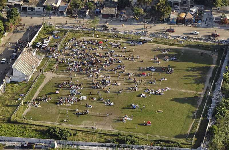 SAMLADES I PARKER OCH PÅ FÄLT Rasrisken är stor och flera efterskalv väntas. Tusentals människor samlades i parker och på gröna öppna fält för att söka skydd.