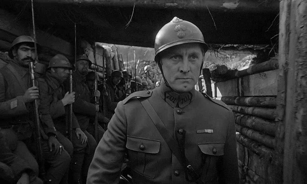 """Kirk Douglas i """"Ärans väg"""" (1957)."""