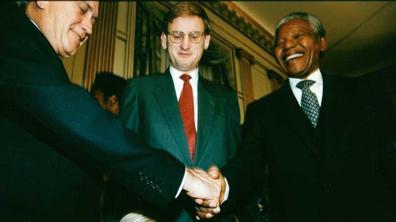 1993 delade Frederik Willem de Klerk och Nelson Mandela priset för det fredliga borttagandet av apartheid. I mitten står Sveriges statsminister Carl Bildt.
