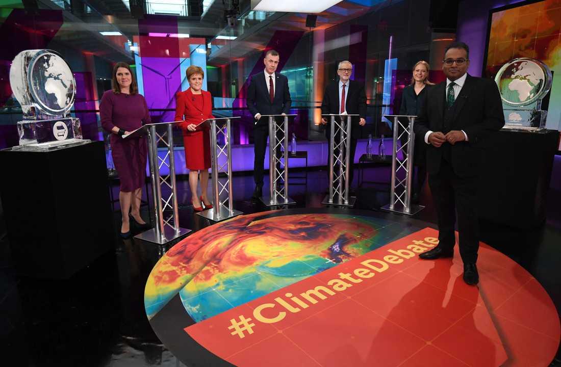 Uppställningen i tv-debatten: Liberaldemokraternas Jo Swinson, Skotska nationalistpartiets Nicola Sturgeon, Plaid Cymrus Adam Price, Labourpartiets Jeremy Corbyn och Gröna partiets Sian Berry – flankerade av två isskulpturer.