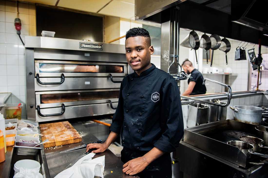 Mohammed Suleman började som diskare – nu har han avancerat till kock.
