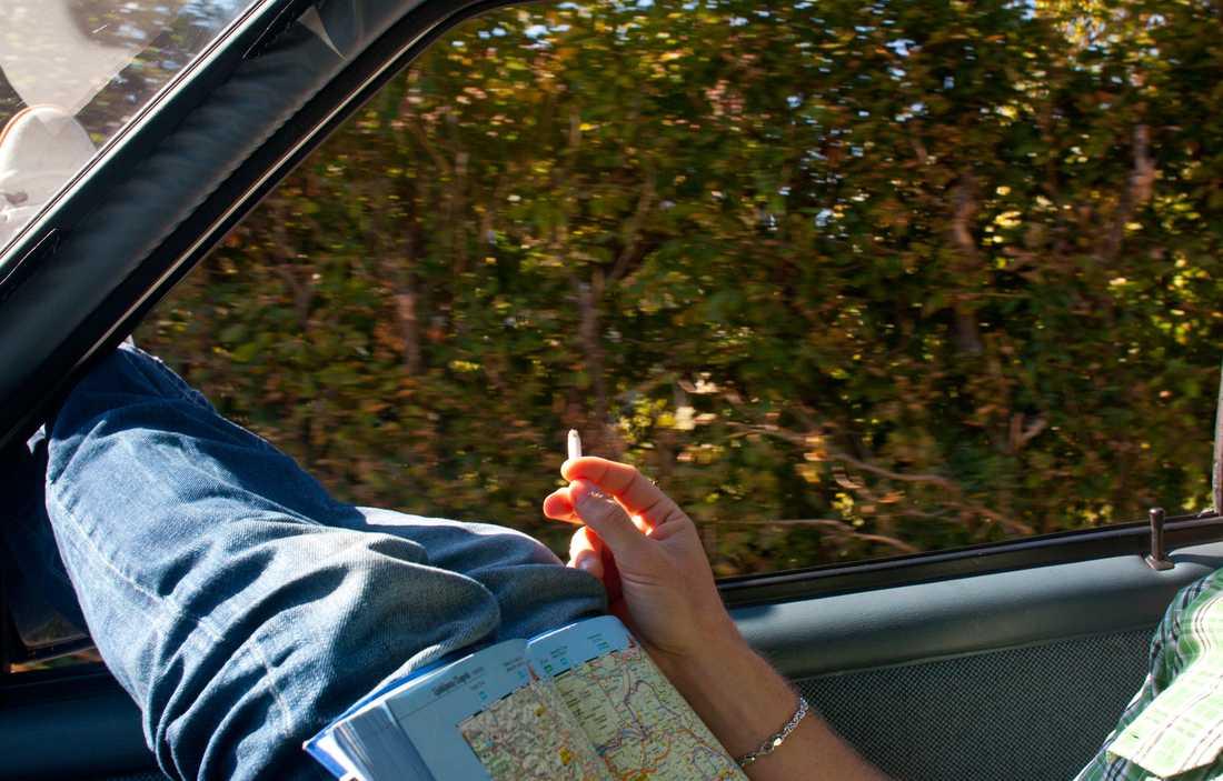 """Kroatien Kent läser kartan i Kroatien, ett av länderna där gps:en inte fungerade. """"Det stod på kartongen att den funkade i hela Europa, men i Kroatien, Ungern, Polen och Slovenien fanns inga kartor med"""" Som tur var fanns den traditionella vägatlasen med i bagaget."""