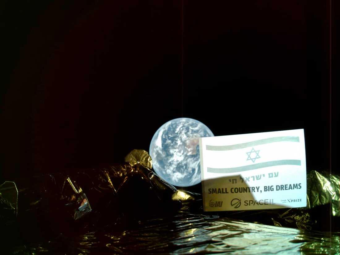 Den israeliska rymdfarkosten Beresheet med Jorden i bakgrunden.