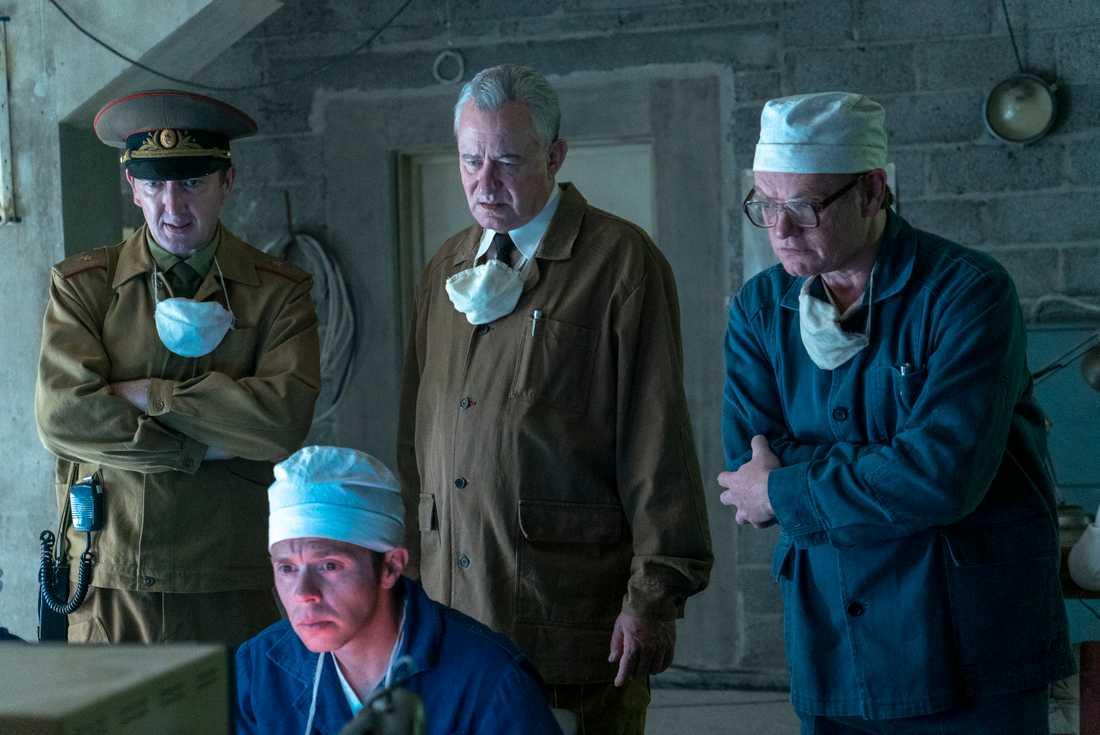 """Nikolaj Tarakanov  (Ralph Ineson) längst till vänster. Stellan Skarsgård som Boris Shcherbina och Jared Harris som Valerij Legasov i serien """"Chernobyl""""."""