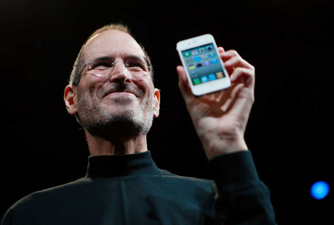 Steve Jobs visar upp en Iphone.