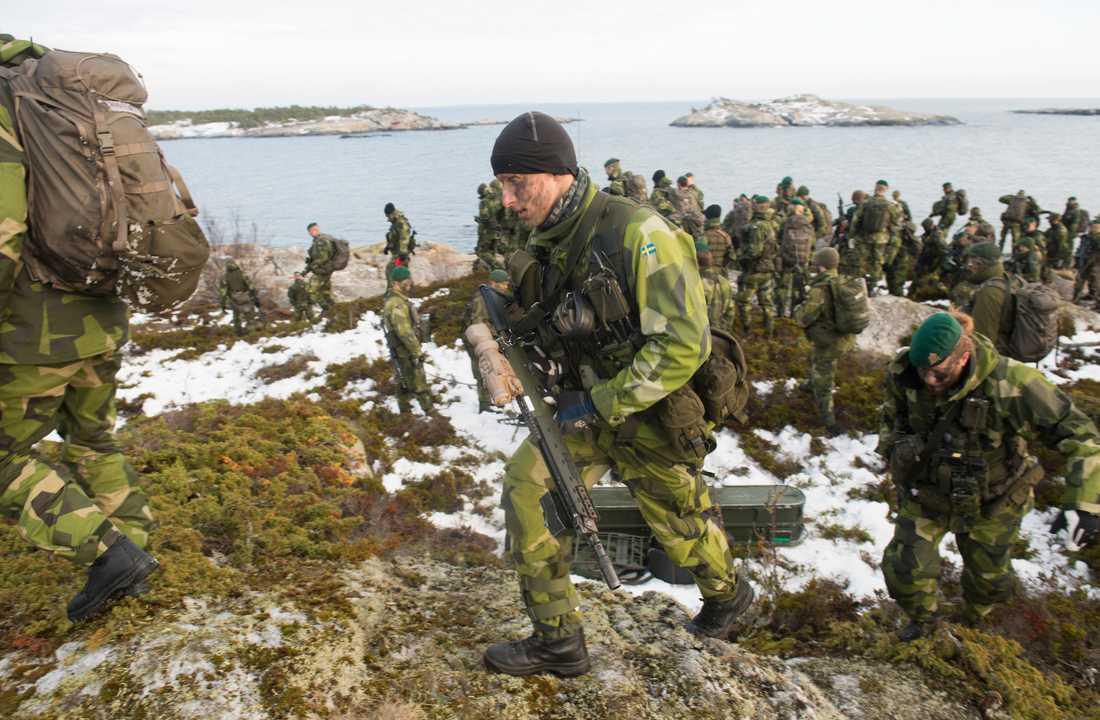 Amfibieskyttekompaniet i Stockholms skärgård under en tio dagar långa marina övningen Swenex, december 2016. Över 1700 soldater och sjömän ur marinens olika förband deltog i övningen.