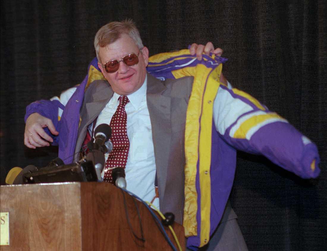 Tom Clancy 1998 iförd en Minnesota Vikingsjacka.