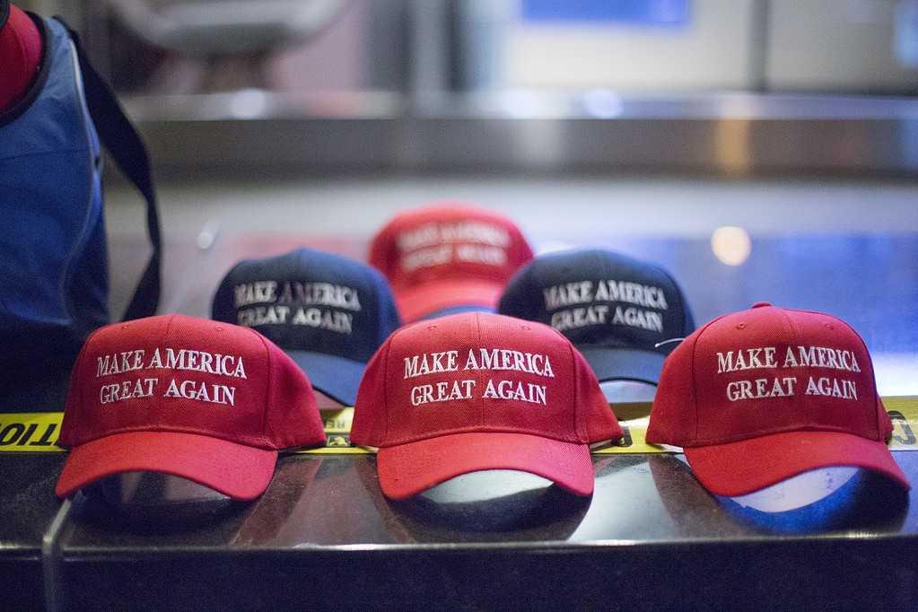 """Kepsar med Trumps slogan """"Make America Great Again"""" utanför Hilton Hotel i New York i samband med presidentvalet i USA 2016."""