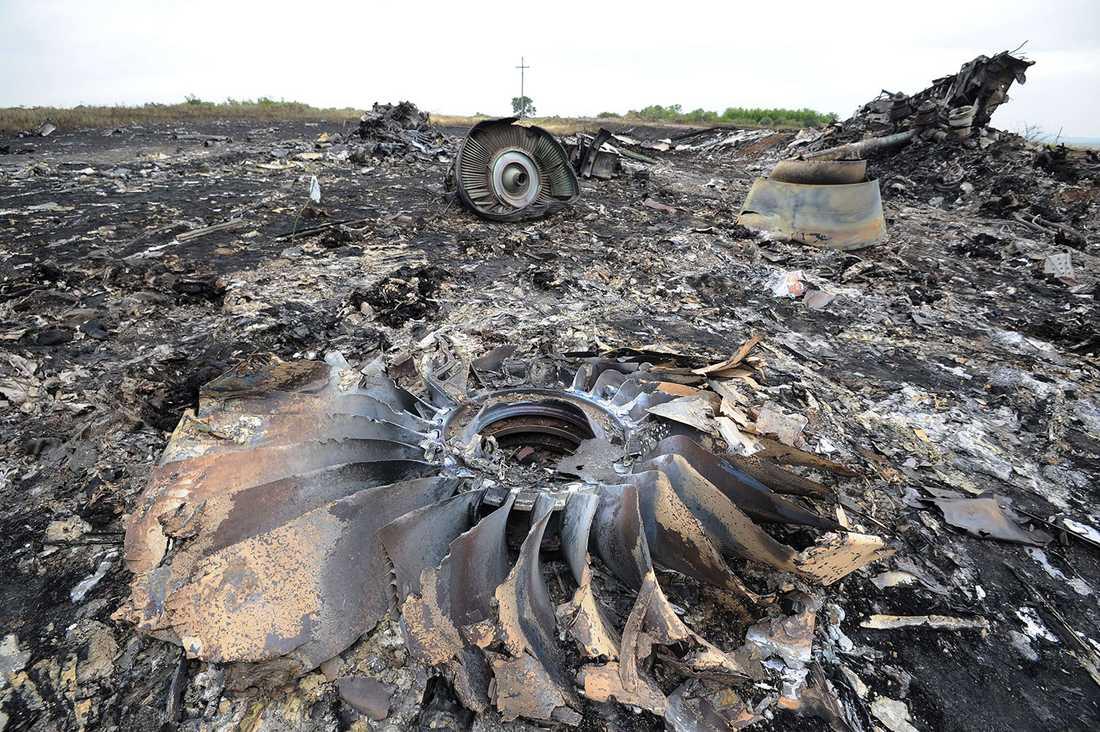 De totalförstörda flygplansresterna.