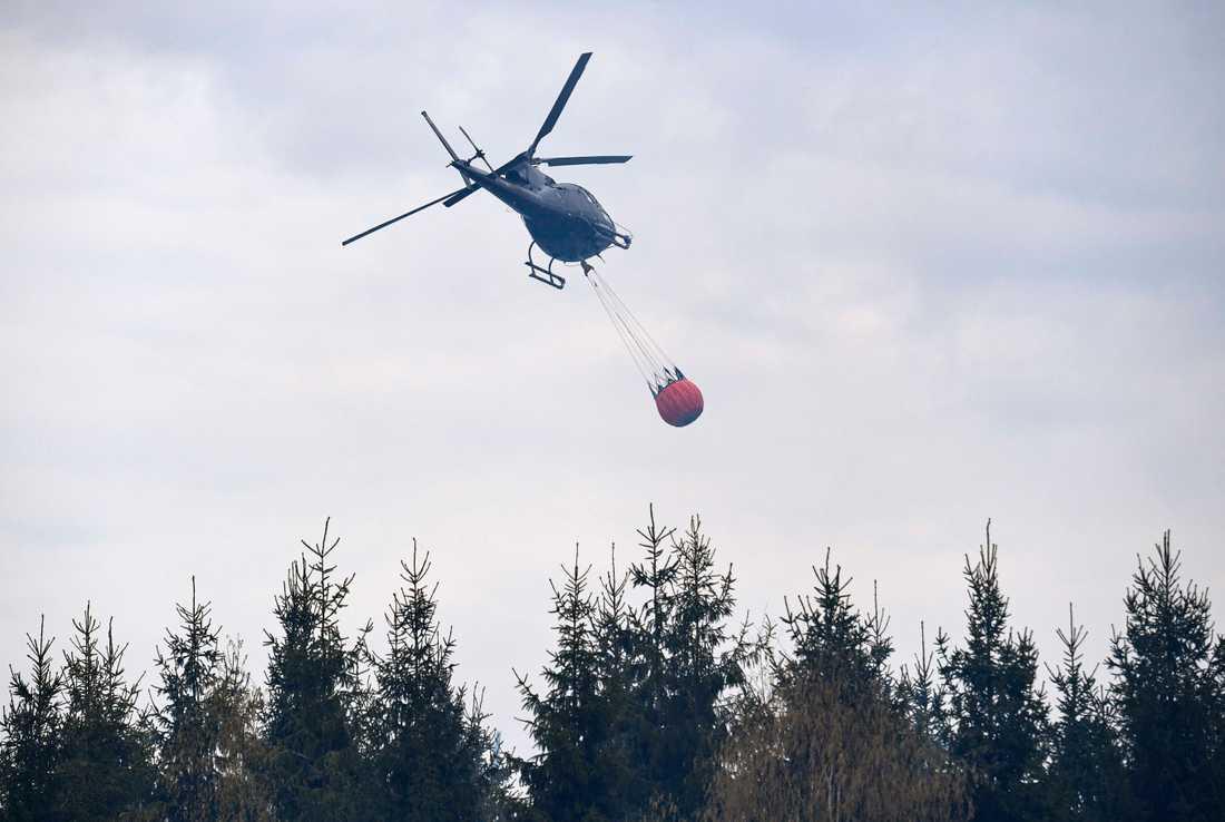 En av skogsbränderna i närheten av Gävle ska också vattenbombas av två helikoptrar. Arkivbild.