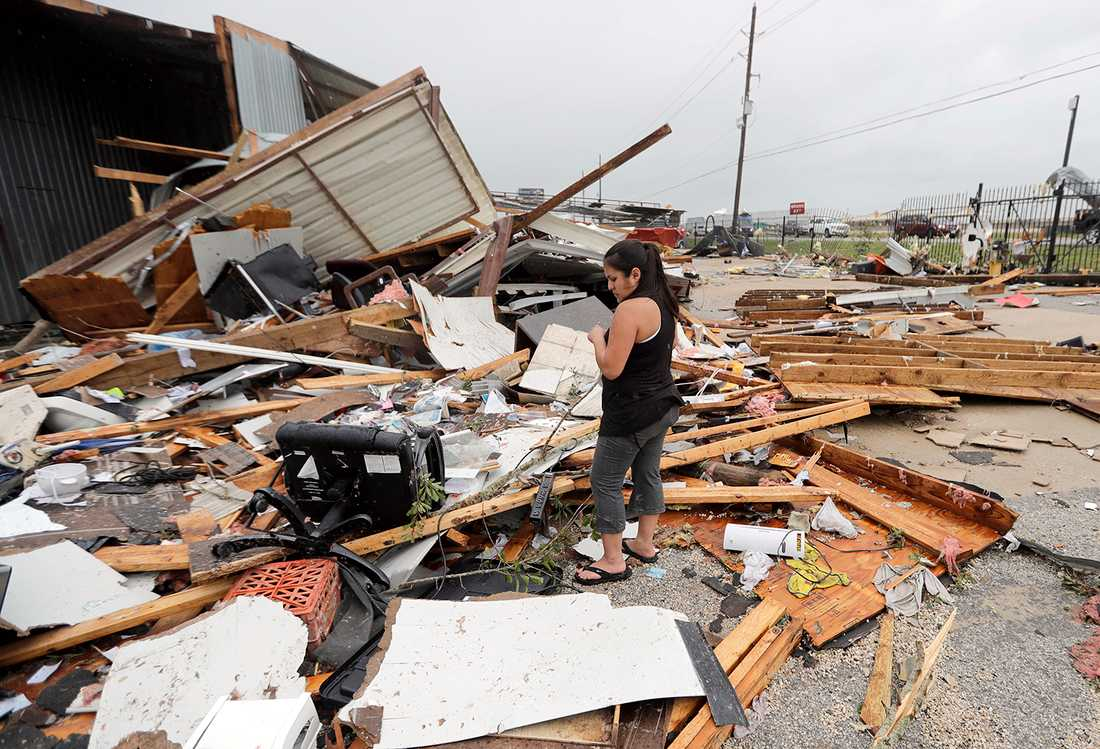 Jennifer Bryant ser ut över vad som finns kvar av familjeföretagets lokaler i Katy, Texas.