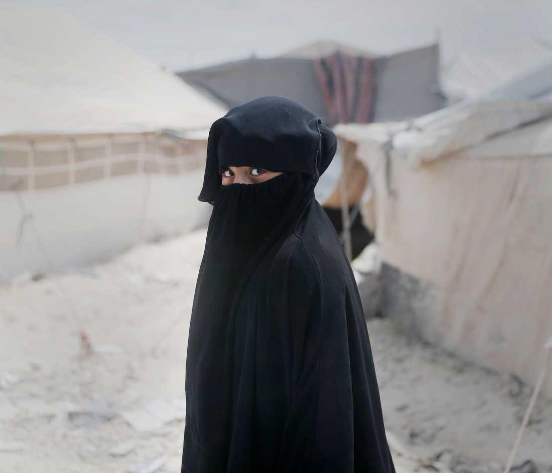 I al-Hol finns inga män, bara kvinnor i svarta slöjor och barn som har levt hela eller större delen av sina liv i krig.