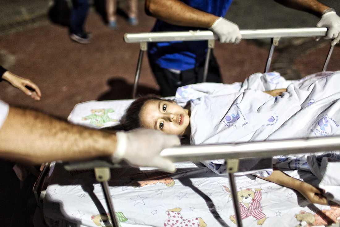En skadad flicka förs bort från flygplatsen i Istanbul till Bakirkoy Sadi Konuk-sjukhuset.