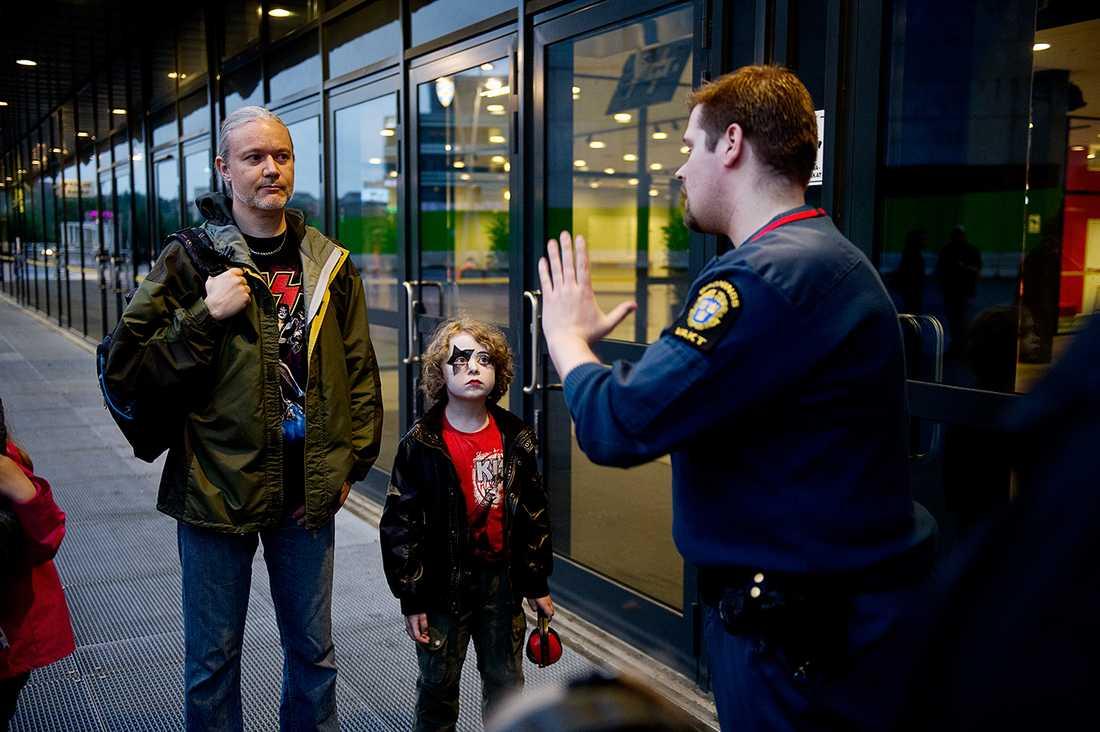 """Flera familjer stoppades i dörren till Kiss-konserten på Friends arena. """"Jag är förbannad och ledsen. Min sons dröm har grusats"""", säger Joakim, pappa till nioårige Alfred."""