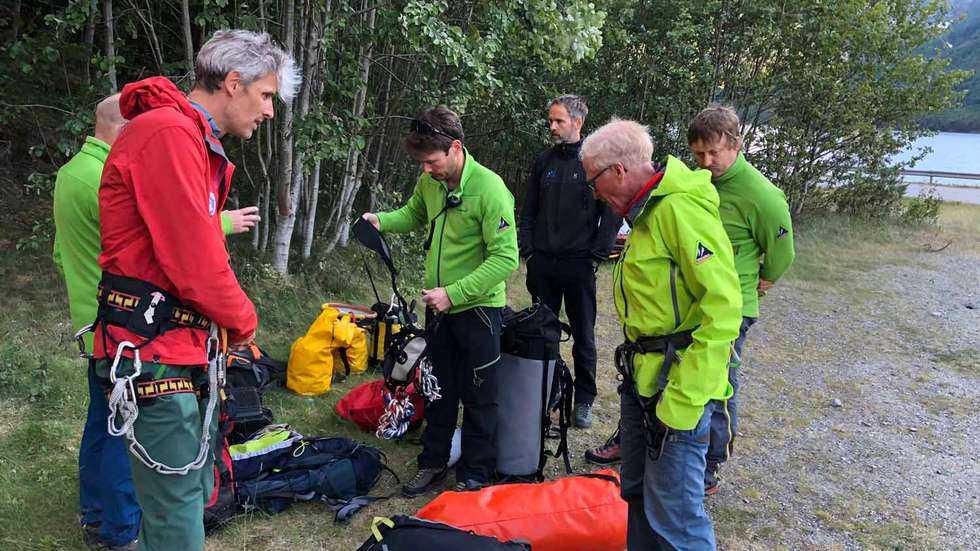 En svensk kvinna har omkommit vid en basejumpolycka i Norge. Här räddnigspersonal från Romsdal alpine fjellredningsgruppe.