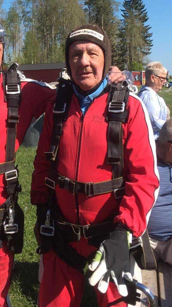 Kurt, 90, fick fallskärmshoppning i födelsedagspresent.