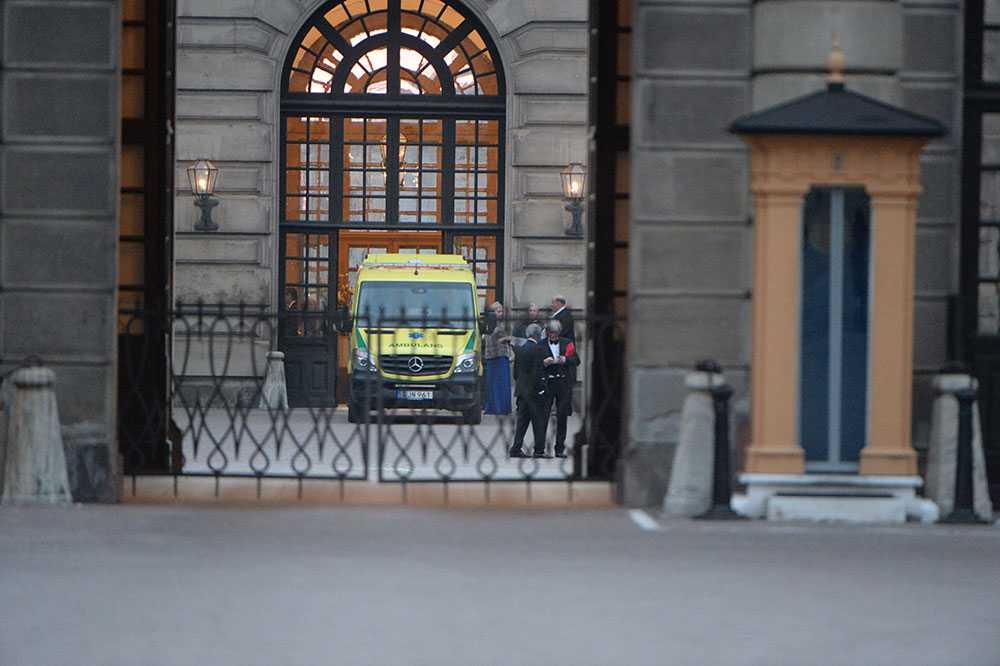 Ambulans fick plocka upp en skadad inom slottsområdet.