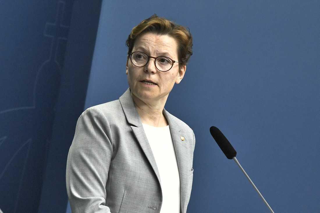 Erika Brundin, ställföreträdande generalsekreterare för Svenska kyrkan, uppmanar anhöriga att inte skjuta upp eller ställa in begravningar av anhöriga trots coronakrisen.