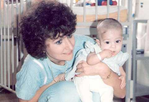 Holly Reich som bebis tillsammans med sin mamma.