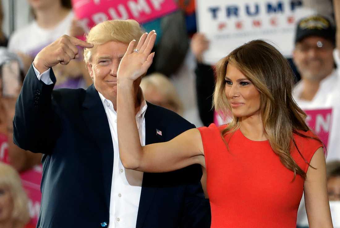 USA:s presidentpar Donald och Melania Trump vid ett politiskt massmöte i Florida 2017.