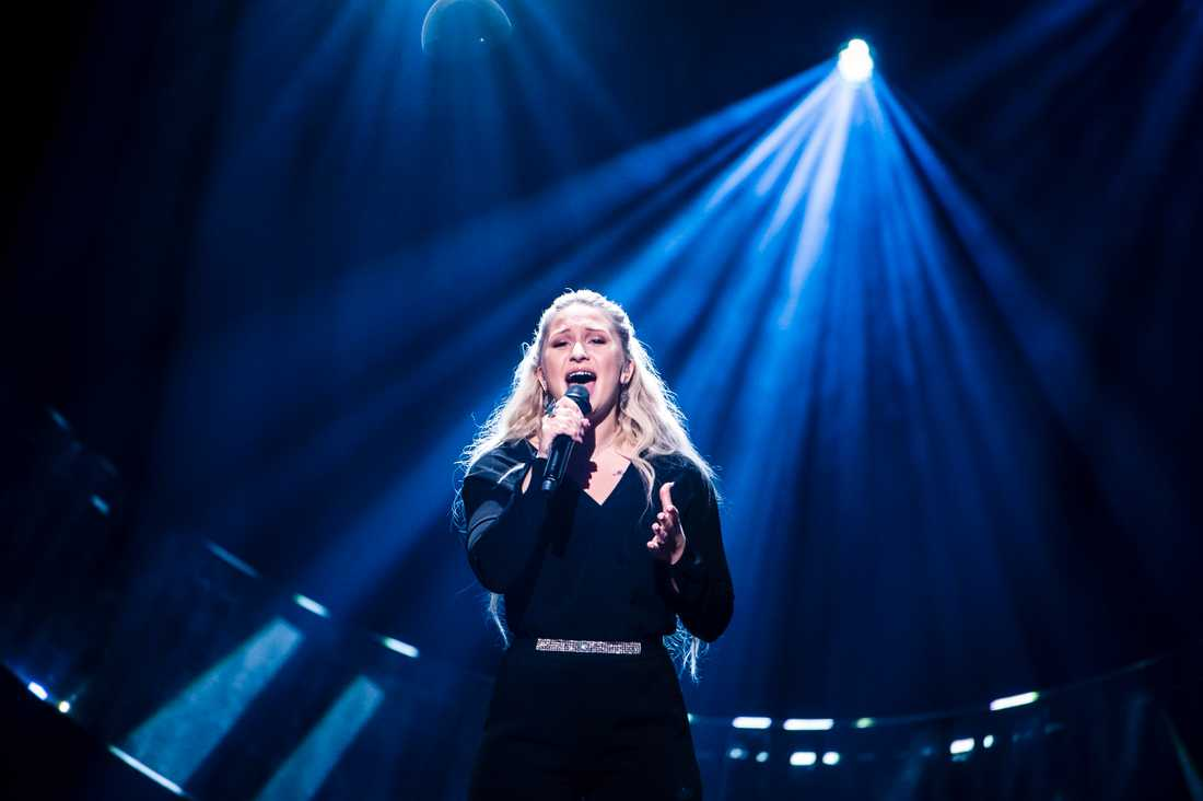 Rebecka Karlsson under repetitionerna i Melodifestivalen 2019.