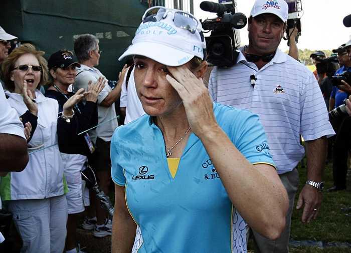 Rörd Annika hyllas av publiken efter sista framträdandet på LPGA--touren.
