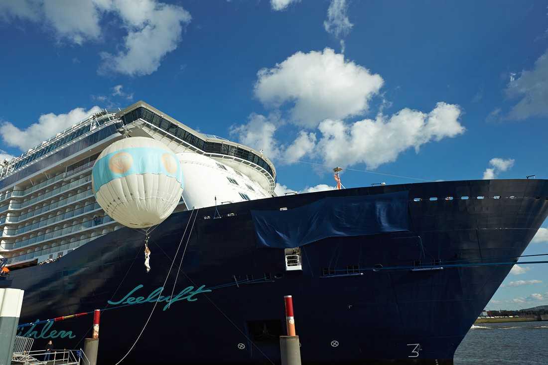 Fartygets gudmor Helene Fischer stiger upp i en ballong för att dunka champagneflaskan mot Mein Schiff 3:s bog.