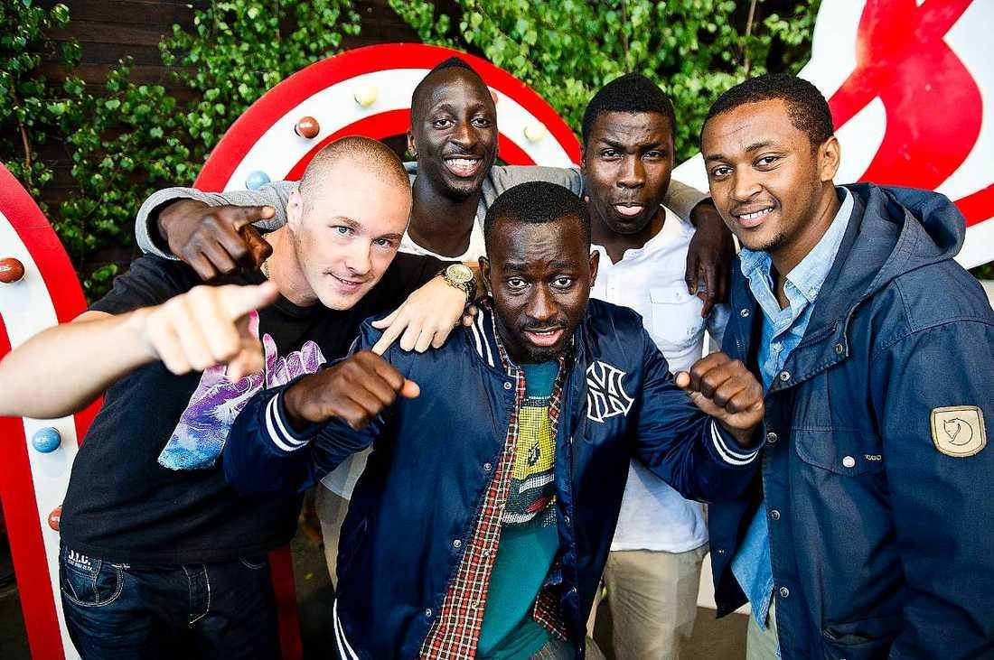 EN HITMASKIN Panetoz består av Johan Hirvi, 30, Njol Ismaile Badjie, 22, Pa Modou Badjie, 29, Daniel Nzinga, 30 och Nebeyu Baheru, 28.