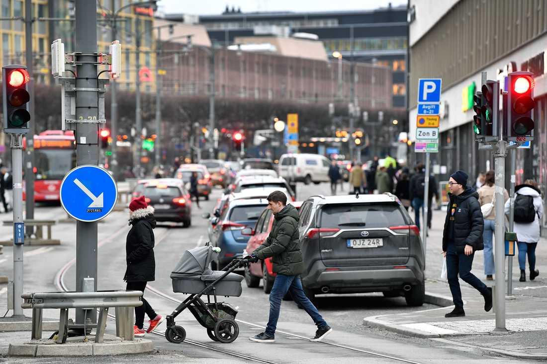 Äldre har sämre simultankapacitet. Miljöer med många skyltar och mycket trafik kan vara svåra att hantera.