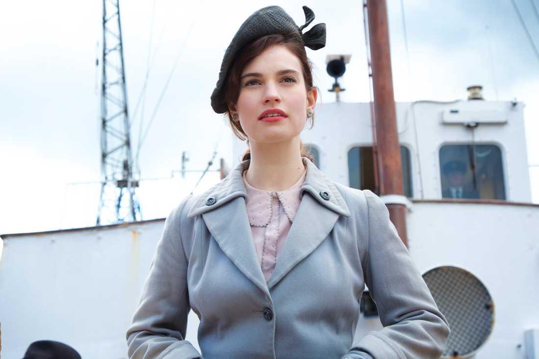 Lily James på väg mot Guernsey.