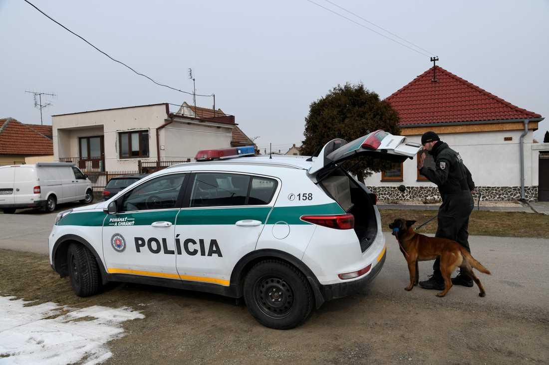 Polisen slår till mot en adress i samband med mordutredningen.