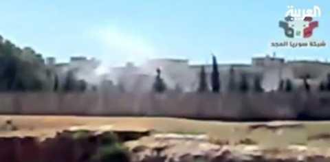 Tv-kanalen Al Arabiya visade under söndagen en oidentifierad stad i Syrien bombas. Regimstyrkornas attacker mot civila skedde på flera håll i landet.