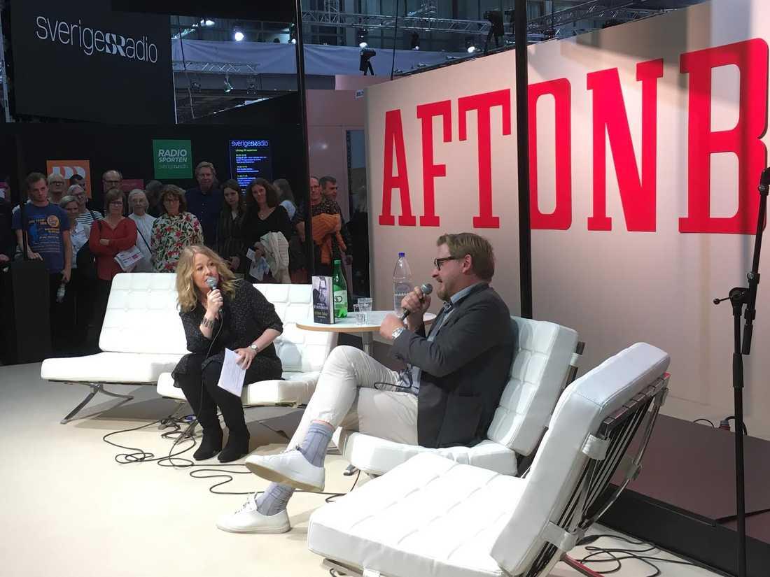 Fredrik Virtanen i samtal med Åsa Linderborg i Aftonbladets monter på bokmässan.