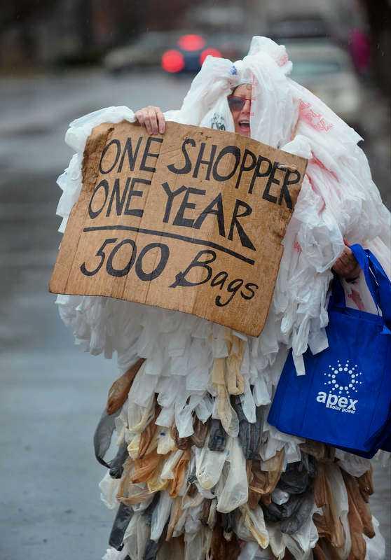 Baglady  En kvinna demonstrerar mot plastpåsar på Earth day i New York. Siffrorna är värre i USA, men illa nog i Europa. I hela EU är årskonsumtionen 100 miljarder påsar, ungefär 200 påsar per person och år.