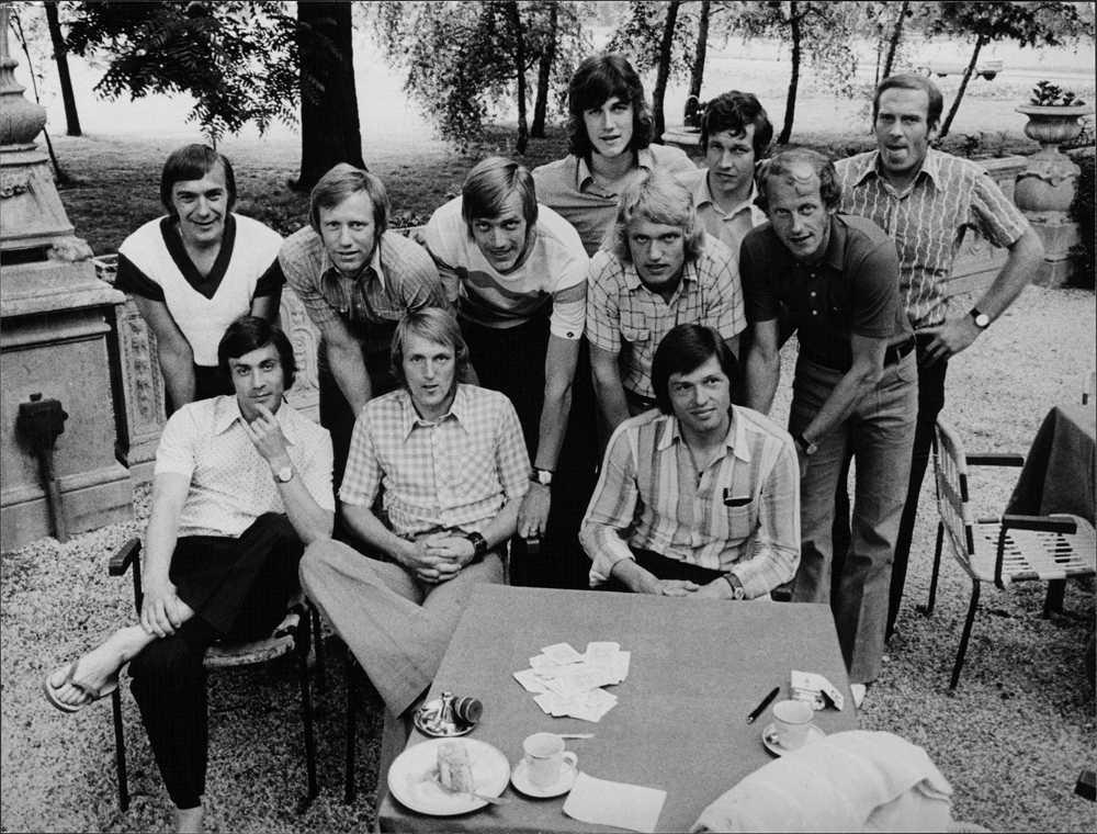 Ralf Edström med landslagskompisarna i Budapest 1973.