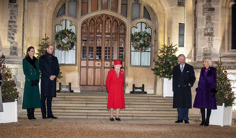 Drottning Elizabeth träffade åtta av sina närmaste familjemedlemmar på Windsor Castle. Men julen blir desto mindre, den firar hon med enbart en av sönerna och hans familj.