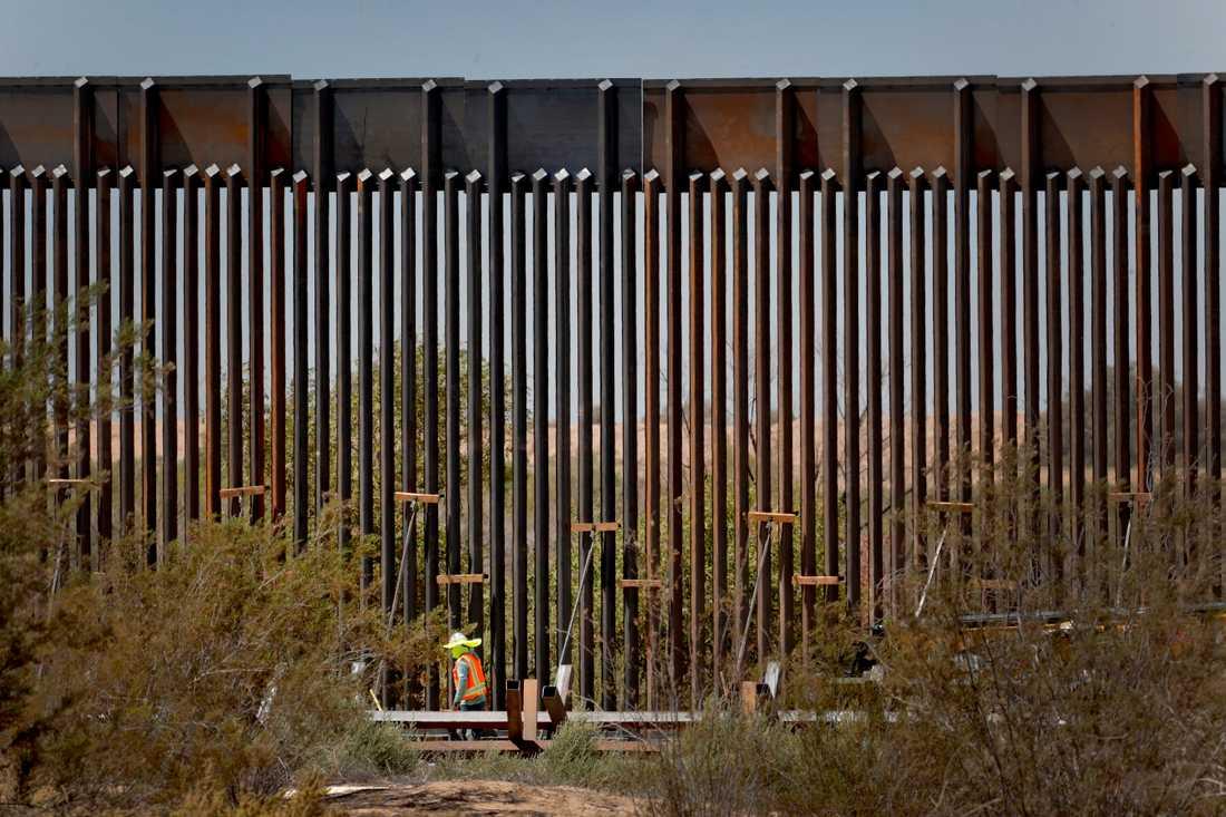 En del av den 30 fot höga muren mellan Mexico och USA.