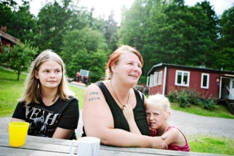 """HÖGA UTGIFTER Camilla Lundell från Norrköping betalar över 1 000 kronor varje år för skolfoton på sina två döttrar, Filippa och Isolde. """"Vi måste skära ned på annat för att ha råd,"""" säger hon."""