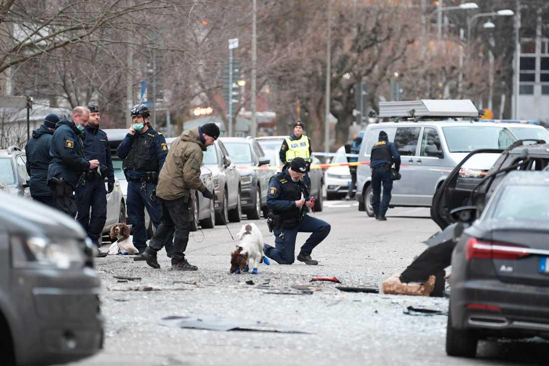 Polispatruller med hundar vid explosionsplatsen på Östermalm.