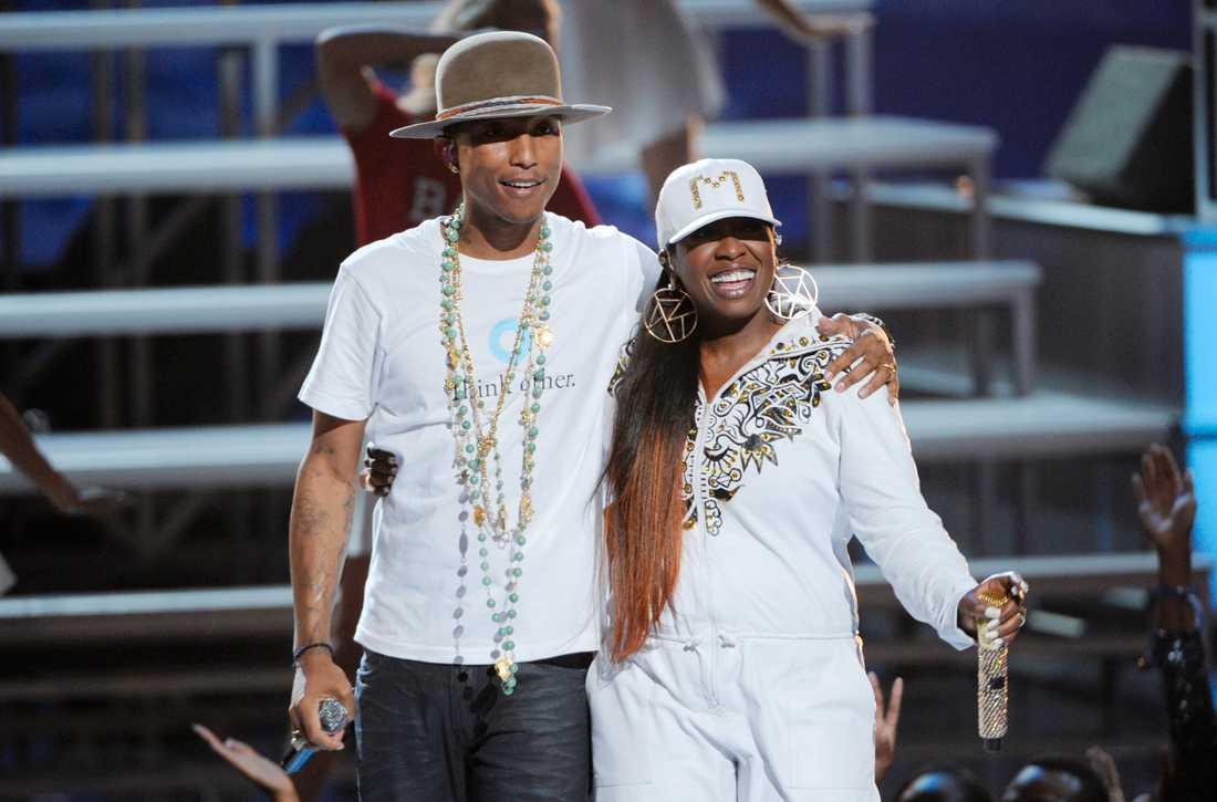 """""""Han är som en bror för mig""""  """"WTF (Where They From)"""" är ett samarbete med Pharrell Williams som hon lärde känna redan under gymnasietiden i Virginia. (Här står de på scenen tillsammans under BET Awards i Los Angeles 2014)."""