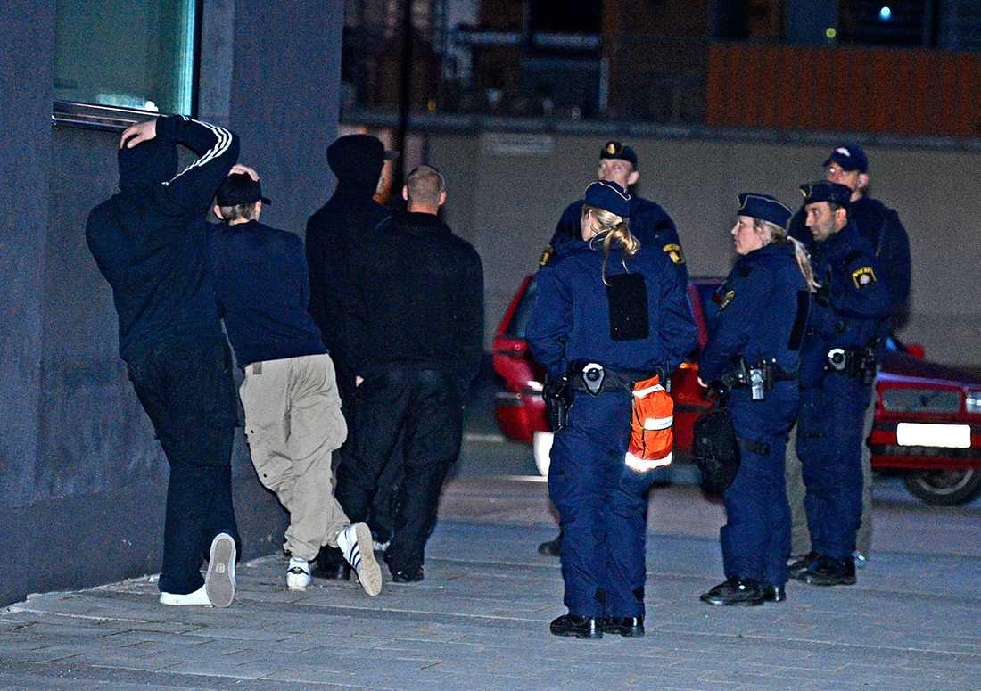 Polisen grep tolv fotbollshuliganer vid Telefonplan söder om Stockholm.
