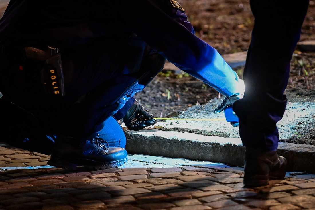 Polisens tekniker på plats i centrala Vetlanda under onsdagen.