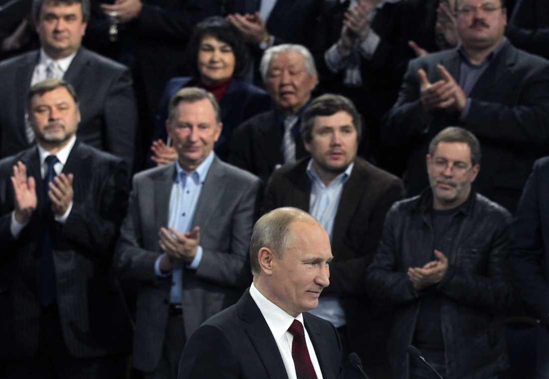 Onsdag 29 februari Putin kostar på sig ett leende efter att han i ett tal varnat oppositionen att inte använda olagliga sätt att protestera på valdagen.