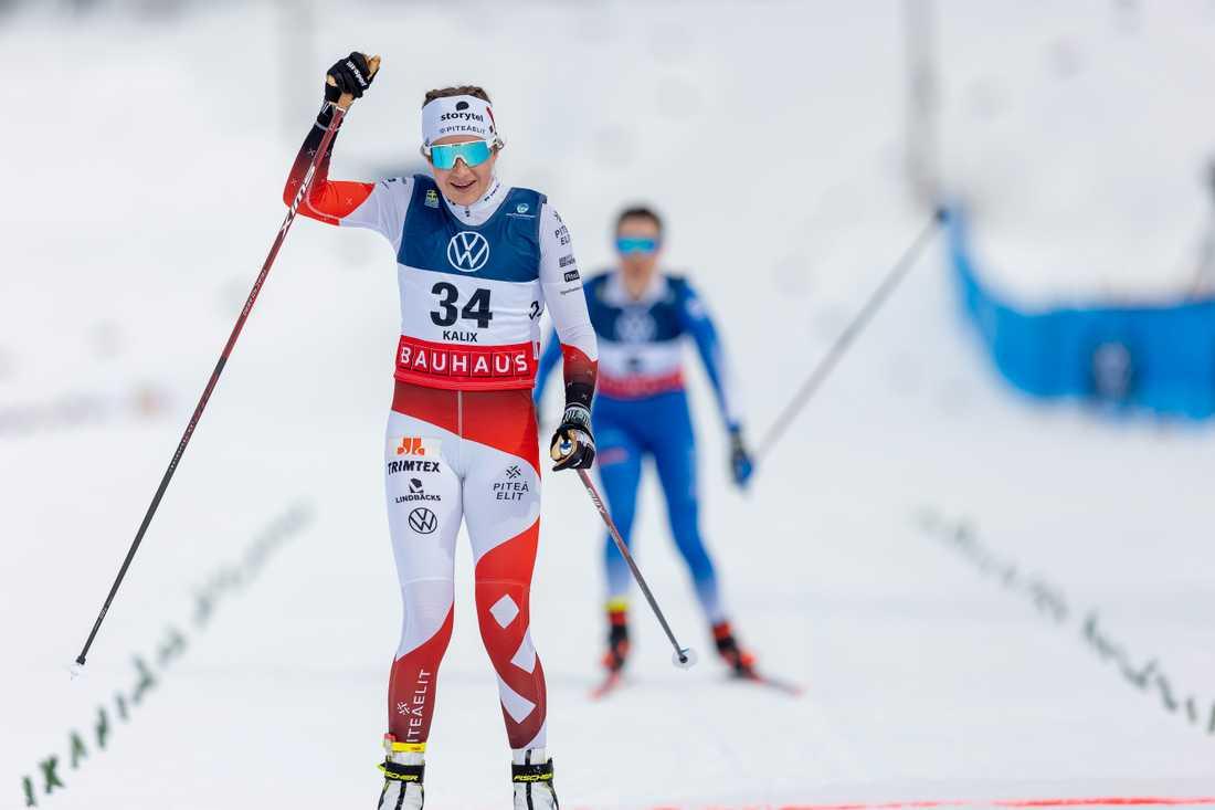 Ebba Andersson lyfter på armen efter storsegern på tremilen.