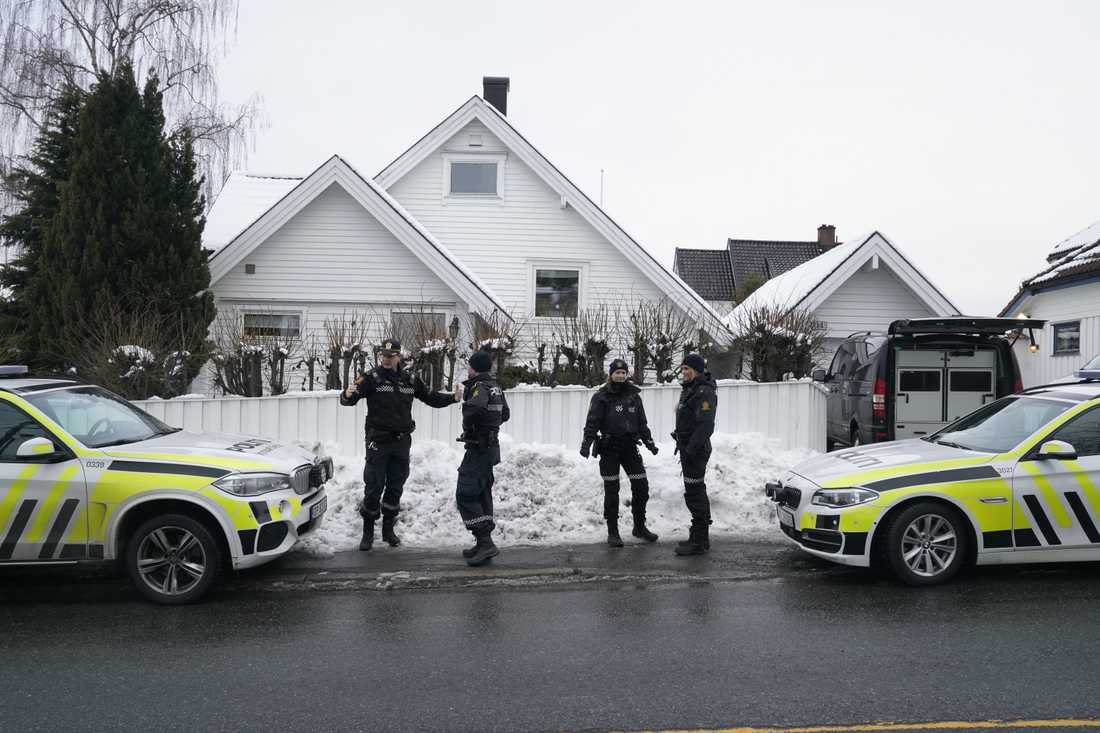 Polis utanför parets bostad i Oslo.